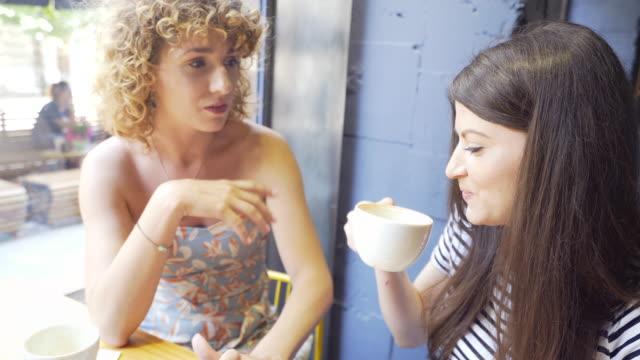 beste freunde, die den tag mit einer tasse kaffee beginnen. - klatsch stock-videos und b-roll-filmmaterial