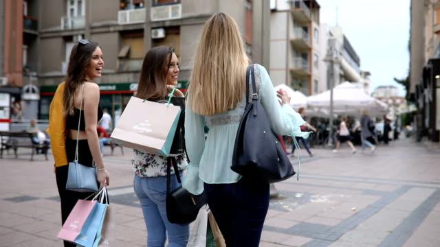 bästa dam vänner återvänder från shopping leende - köpnarkoman bildbanksvideor och videomaterial från bakom kulisserna