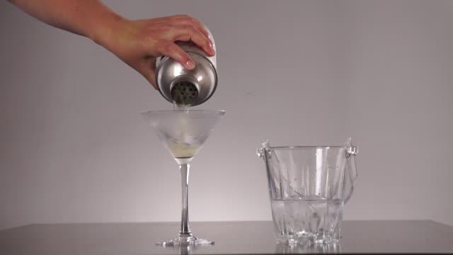 stockvideo's en b-roll-footage met tussen de lakens cocktail - martiniglas