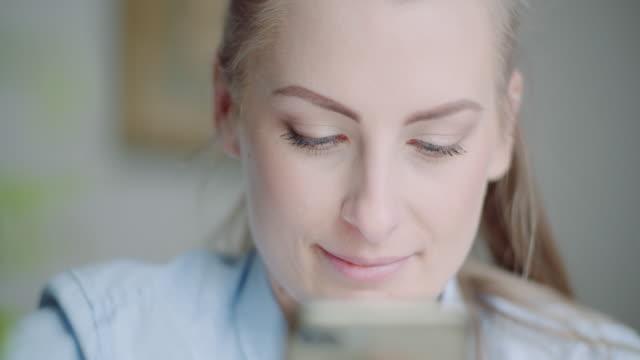 beutiful woman using smartphone and smile - rappresentazione umana video stock e b–roll