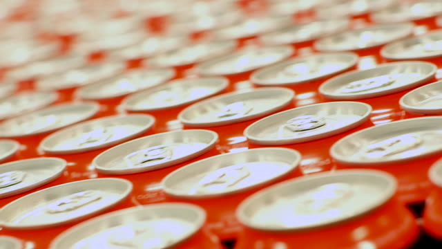 getränkedosen mit pop-tabs - alkoholfreies getränk stock-videos und b-roll-filmmaterial