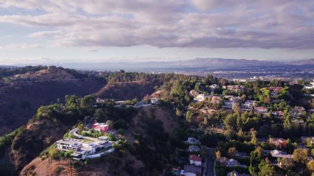 quartiere di beverly hills dall'alto - canyon video stock e b–roll