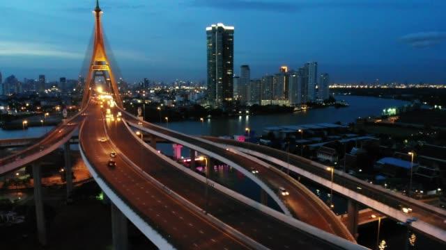 bhumibol bridge och floden fågel öga visa landskap i bangkok thailand - kungen av thailand bildbanksvideor och videomaterial från bakom kulisserna