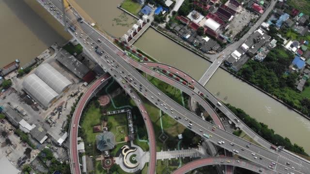 vídeos de stock e filmes b-roll de bhumibol bridge in samut prakan, bangkok thailand. bird's-eye view from drone - dia de reis