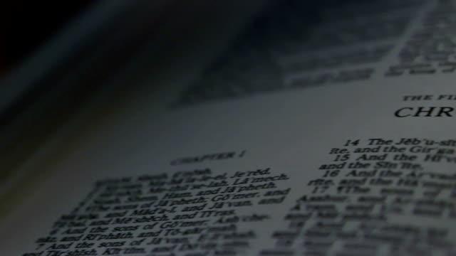 stockvideo's en b-roll-footage met bible 1st chronicles - nieuwe testament