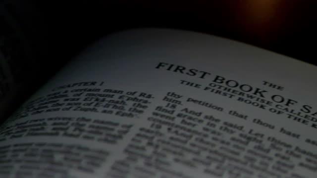 stockvideo's en b-roll-footage met bible 1st samuel - nieuwe testament