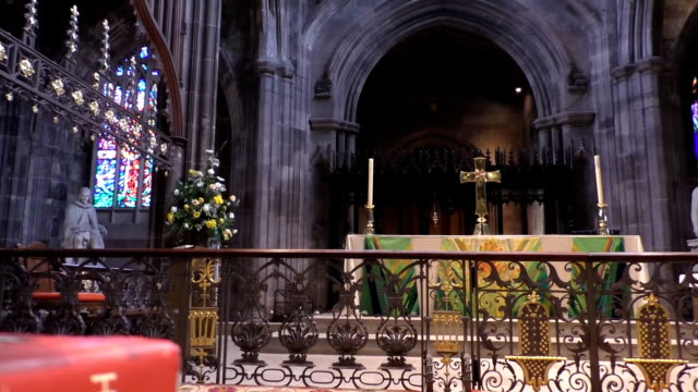 bible and altar in manchester cathedral - manchester inghilterra video stock e b–roll