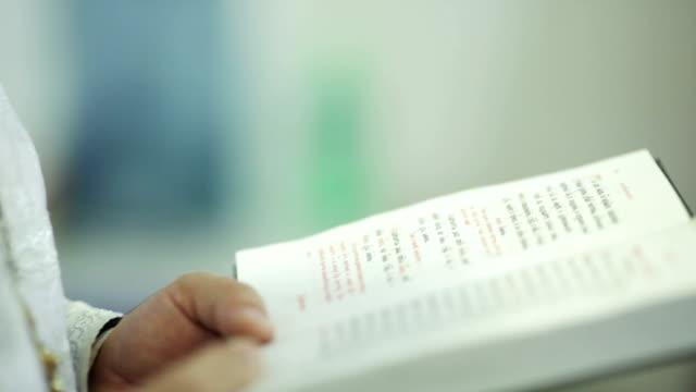 vídeos de stock, filmes e b-roll de bíblia - batismo