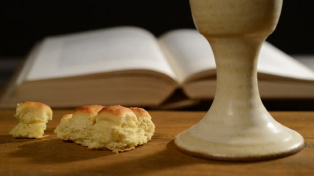 vídeos de stock e filmes b-roll de bible with chalice and bread, panning, - comunhão