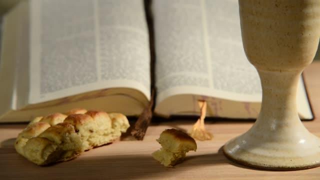 성배와 빵, 패닝, 슬라이딩 성경 - 찰리스 스톡 비디오 및 b-롤 화면