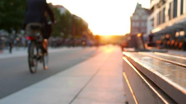 vídeos de stock e filmes b-roll de bicycle lane and pedestrian walkway at dusk - países nórdicos
