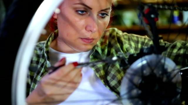 bicycle mechanic repairing on bike in a workshop - siodło filmów i materiałów b-roll