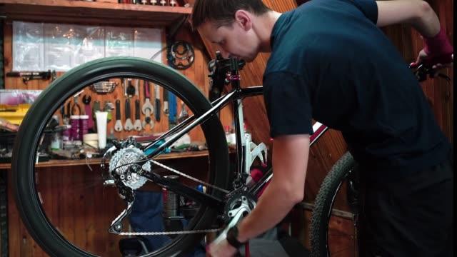 自転車整備士。修復。 - スポーツ用品点の映像素材/bロール