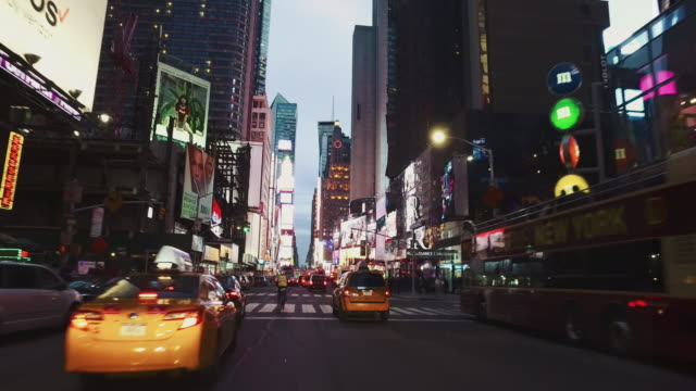 vidéos et rushes de pov:night de bicyclette dans la ville de madison square garden, new york - artère