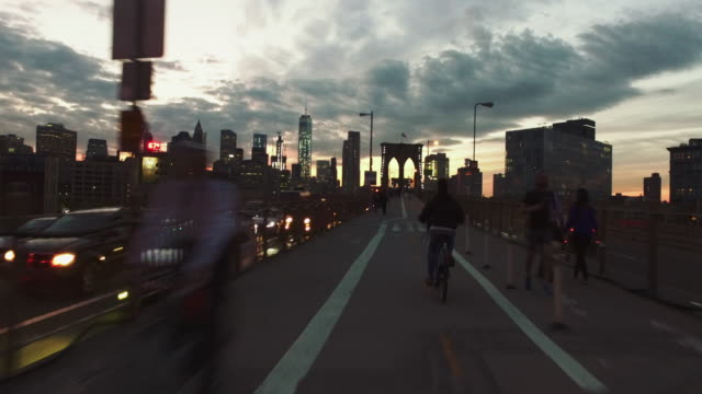 bicycle pov: night ride on the brooklyn bridge, ny city - stabilized shot стоковые видео и кадры b-roll