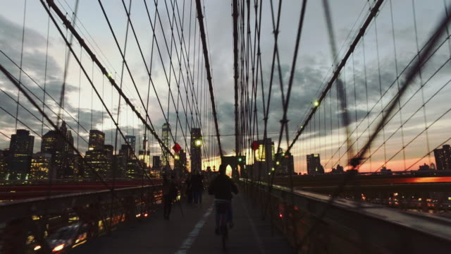 : pov nacht radtour auf der brooklyn bridge, new york city - stadtzentrum stock-videos und b-roll-filmmaterial