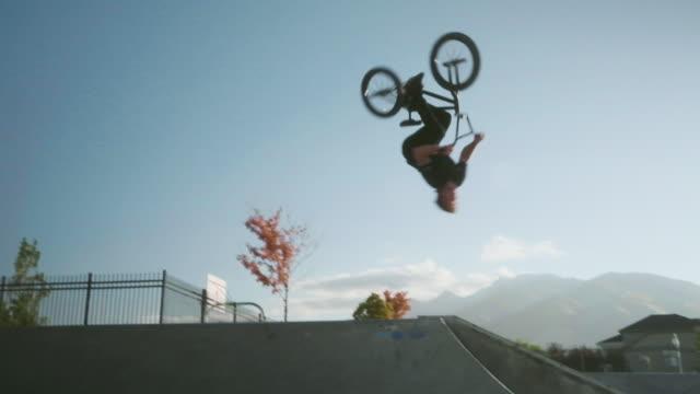 bmx cykel ryttare i en skate park - skatepark bildbanksvideor och videomaterial från bakom kulisserna