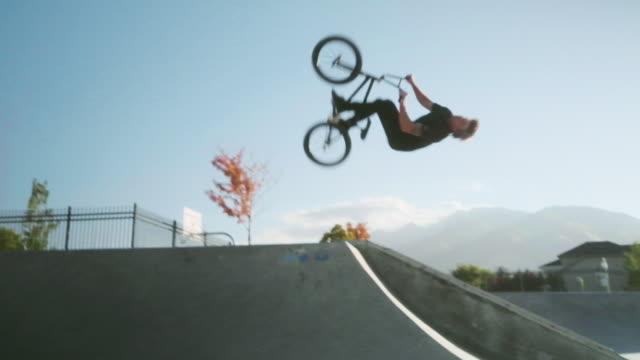 bmx fahrradfahrer im skatepark - stunt stock-videos und b-roll-filmmaterial