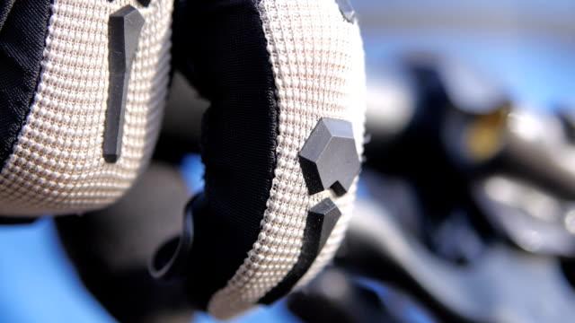 biciclette pilota spingendo un freno a mano, primo piano filmati - guanto indumento sportivo protettivo video stock e b–roll