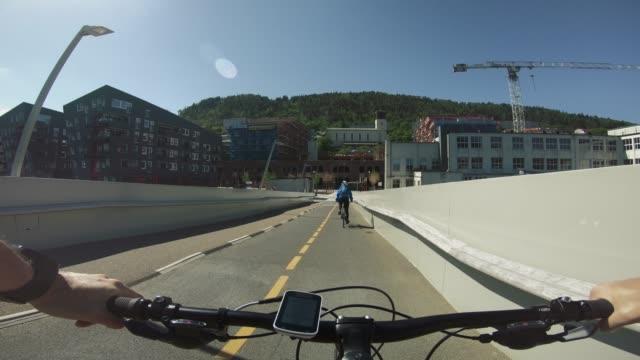 vídeos y material grabado en eventos de stock de montar en bicicleta pov: andar en bicicleta juntos en bergen - bergen