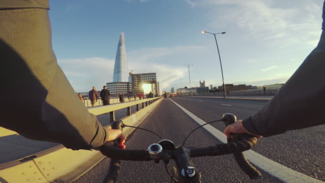 vídeos y material grabado en eventos de stock de montar en bicicleta pov: cercanías con bici de carreras en londres - montar