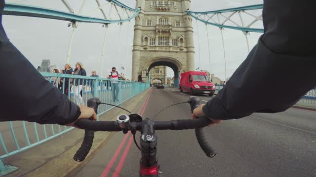 vídeos y material grabado en eventos de stock de montar en bicicleta pov: cercanías con bici de carreras en londres - viaje a reino unido