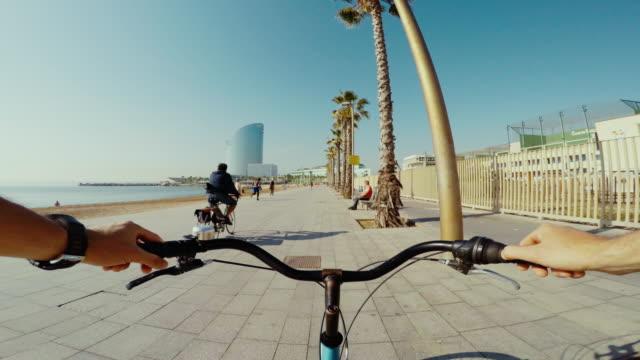 stockvideo's en b-roll-footage met pov fiets rijden in barcelona de zomervakanties - spanje