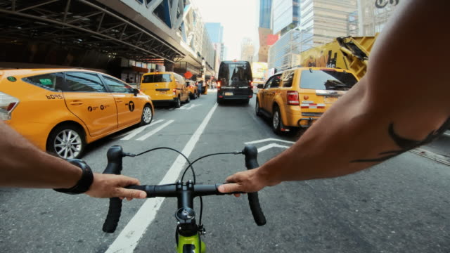 pov bicycle riding: man with road racing bike in new york - rower filmów i materiałów b-roll