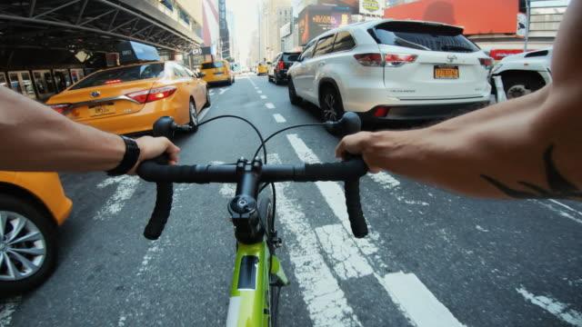 pov cykel ridning: man med road racing cykel i new york - aktivitet bildbanksvideor och videomaterial från bakom kulisserna