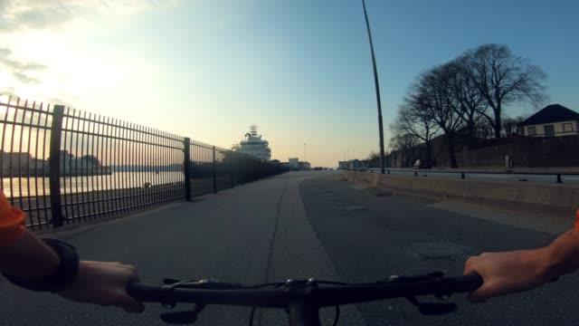 vídeos y material grabado en eventos de stock de montar en bicicleta pov: bicicleta de carreras de carretera en bergen - bergen