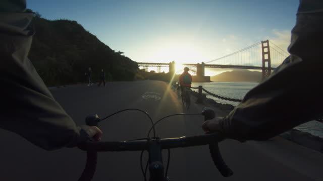 POV-Radfahren: Fahrrad-Touristen mit Straßenrennen in San Francisco – Video