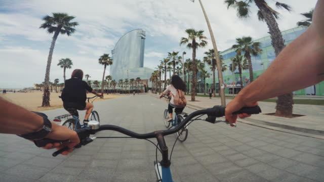 POV-Radfahren mit Freunden am Strand von Barceloneta in Barcelona, Spanien – Video