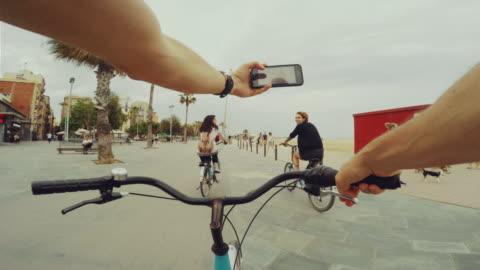pov in bicicletta con due belle ragazze - filmare video stock e b–roll
