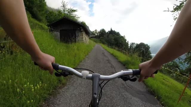 POV des Radfahrers nach ländlichen Weg durch Dörfer – Video