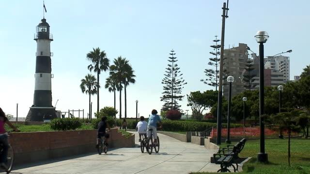 bicyclist in lima, peru - lima stock-videos und b-roll-filmmaterial