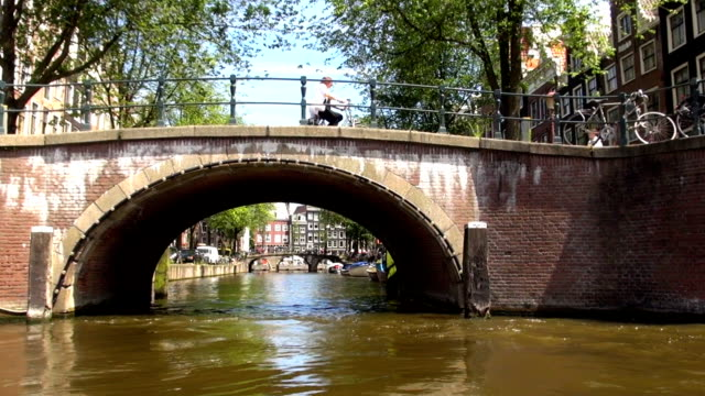 ciclisti-amsterdam, paesi bassi - canale video stock e b–roll