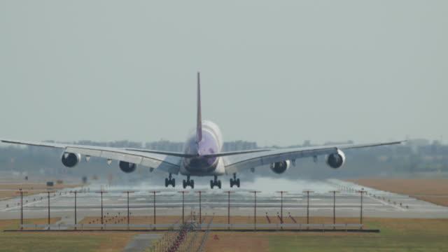 big airplane landing - lądować filmów i materiałów b-roll