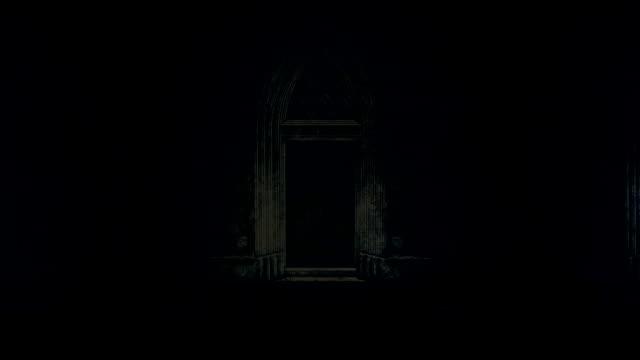 gece bir fırtına ve yağmur altında büyük ve korkunç kale kapı - katedral stok videoları ve detay görüntü çekimi