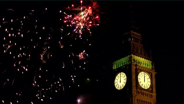 Big Ben con fuegos artificiales detrás de Londres - vídeo