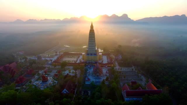 big buddha statur steht auf dem hügel am wat khao noi - kloster stock-videos und b-roll-filmmaterial