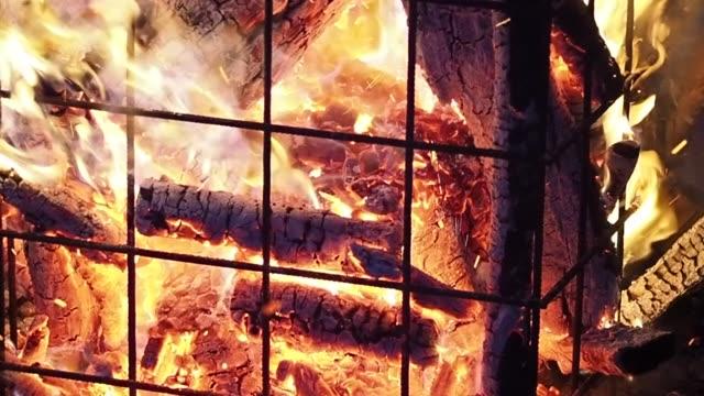 günlüklerin büyük kamp ateşi - şömine odunu stok videoları ve detay görüntü çekimi