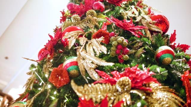 stora julgran, jul-och nyårshelgerna - christmas decorations bildbanksvideor och videomaterial från bakom kulisserna