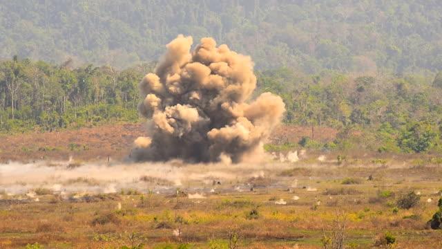 vídeos de stock, filmes e b-roll de grande formação de explosão - conflito