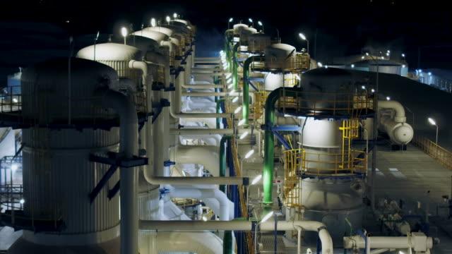 stockvideo's en b-roll-footage met grote fabriek en koeltoren-bovenaanzicht - olieraffinaderij