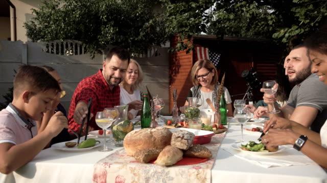 vídeos y material grabado en eventos de stock de cena de reunión familiar grande - fiesta en el jardín