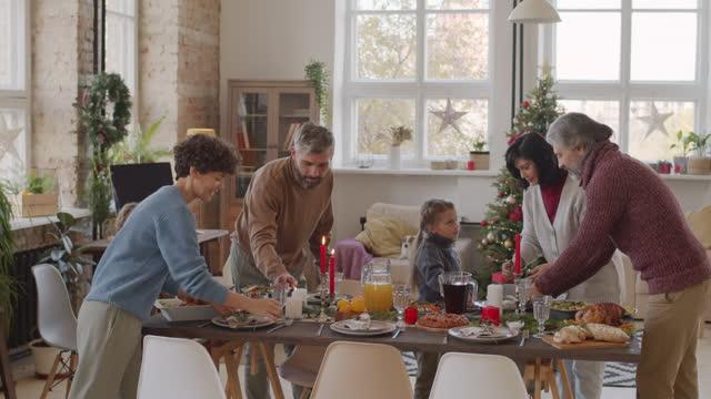 grande famiglia impostazione tavolo da cena a natale - christmas table video stock e b–roll