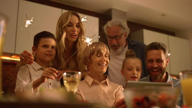 büyük aile online görüntülü arama sırasında kamera noel şarkı söylüyor - new year stok videoları ve detay görüntü çekimi