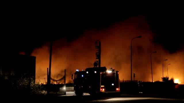 vídeos de stock, filmes e b-roll de grande incêndio no city.firetruck em ação - inferno fogo