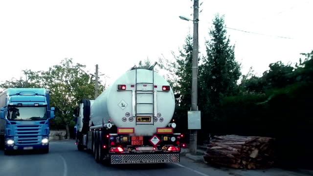 en stor bränsle tankbil enhet på lantlig väg - tankfartyg bildbanksvideor och videomaterial från bakom kulisserna