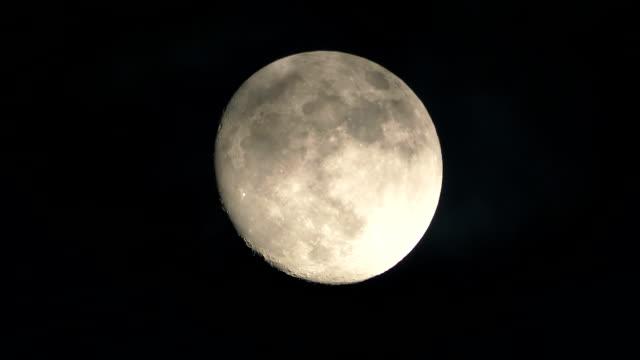 Mouvement des nuages gros pleine lune - Vidéo